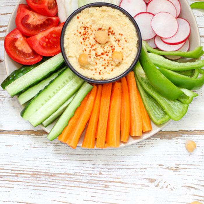 hummus-tazon-palitos-verduras-garbanzos-aceitunas_2831-556